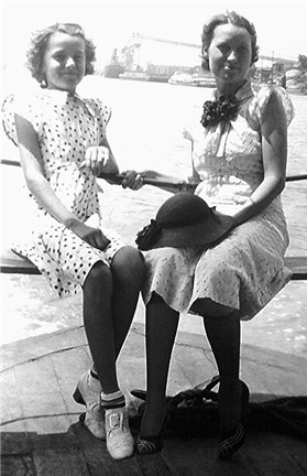 Billie Faye Waller Conard and her mother, Beulah Faye Beavers Waller Daniels in Galveston on vacation in 1936
